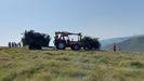 Un trineo, a la derecha, arrastrando una carga de madera al tractor, que la lleva a una pista, donde la recoge un camión