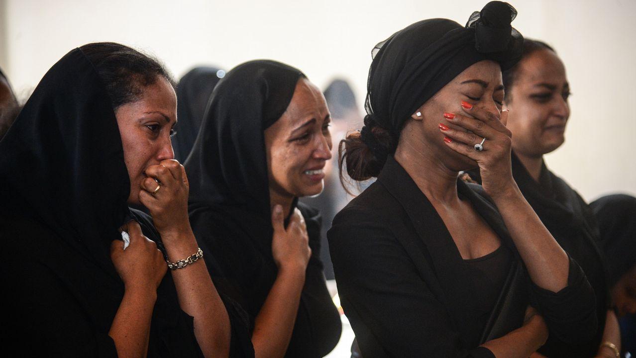 Ya estan en España 15 de los inmigrantes rescatados por el «Open Arms».Un grupo de mujeres lloran durante un acto en recuerdo de los siete miembros de la tripulacion fallecidos en el accidente, en el que perecieron todos los ocupantes