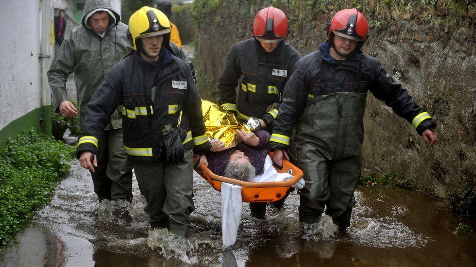 Evacuación en camilla de una persona en Neda.