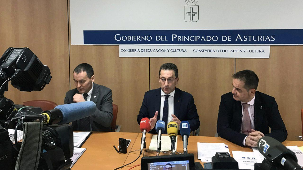 El jefe de servicio de Ordenación Académica, Ángel Balea (izquierda);  el consejero de Educación y Cultura, Genaro Alonso, y el director general de Ordenación Académica e Innovación Educativa, Francisco Laviana