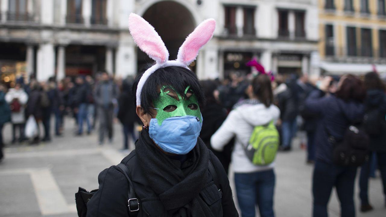 Un turista asiatico este domingo con una mascarilla en Venecia