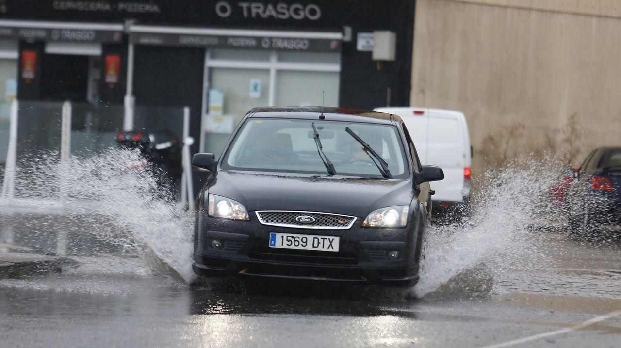 Tráfico, carreteras, señal.Las lluvias caídas este miércoles han provocado bolsas de agua en numerosos viales de la comarca