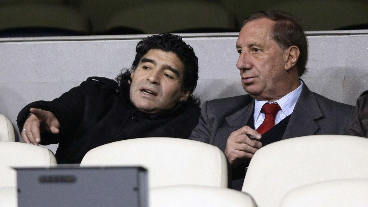 Con Carlos Bilardo, presenciando un duelo de Champions del Real Madrid en el 2008