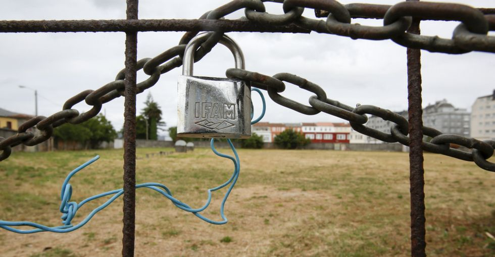 Los vecinos de San Xoán siguen cuidando el campo de fútbol a pesar de estar inutilizado.