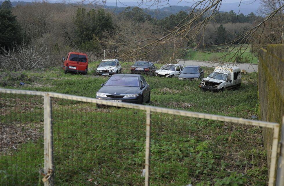 AP-9: ¿Un peaje eterno?.La parcela que se desafectará para vender albergaba ayer un total de siete coches.