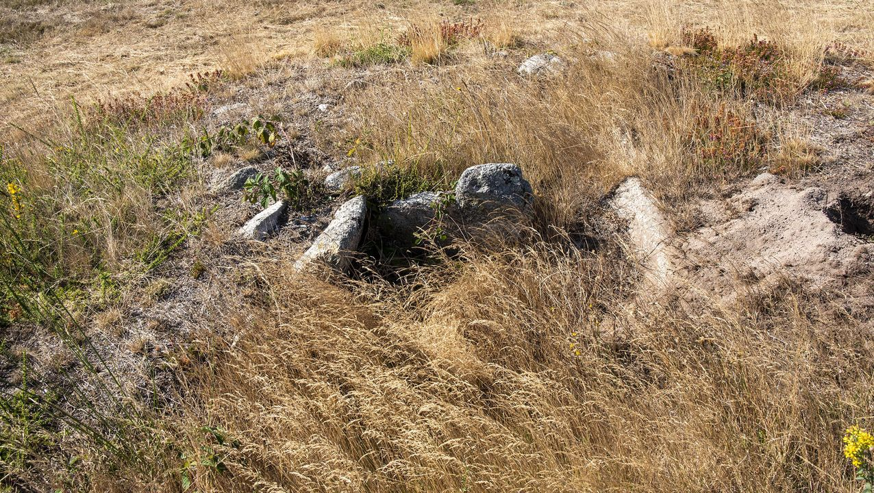 Restos de un túmulo megalítico en la necrópolis de As Cabanas