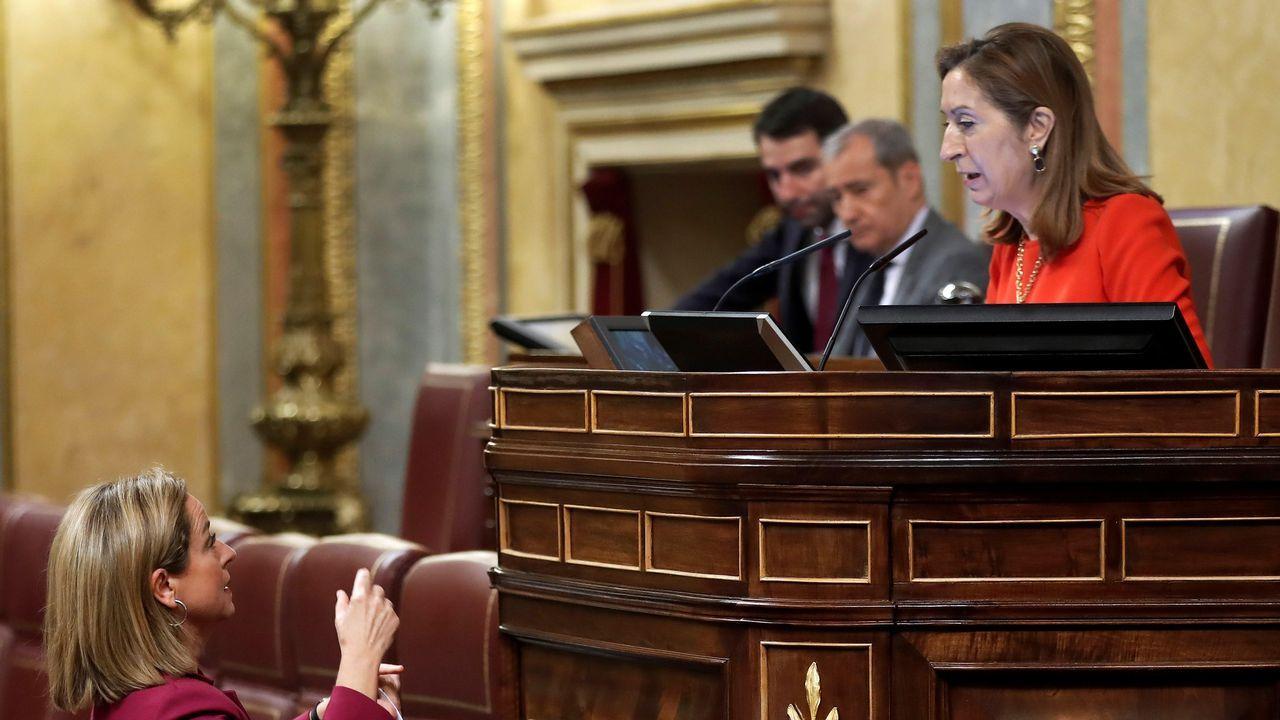 «Valió la pena». Ana Pastor, en la foto con la canaria Ana Oramas, recibió una fuerte ovación tras un discurso de cierre de legislatura en el que dijo: «Valió la pena por ustedes, por España y los españoles».