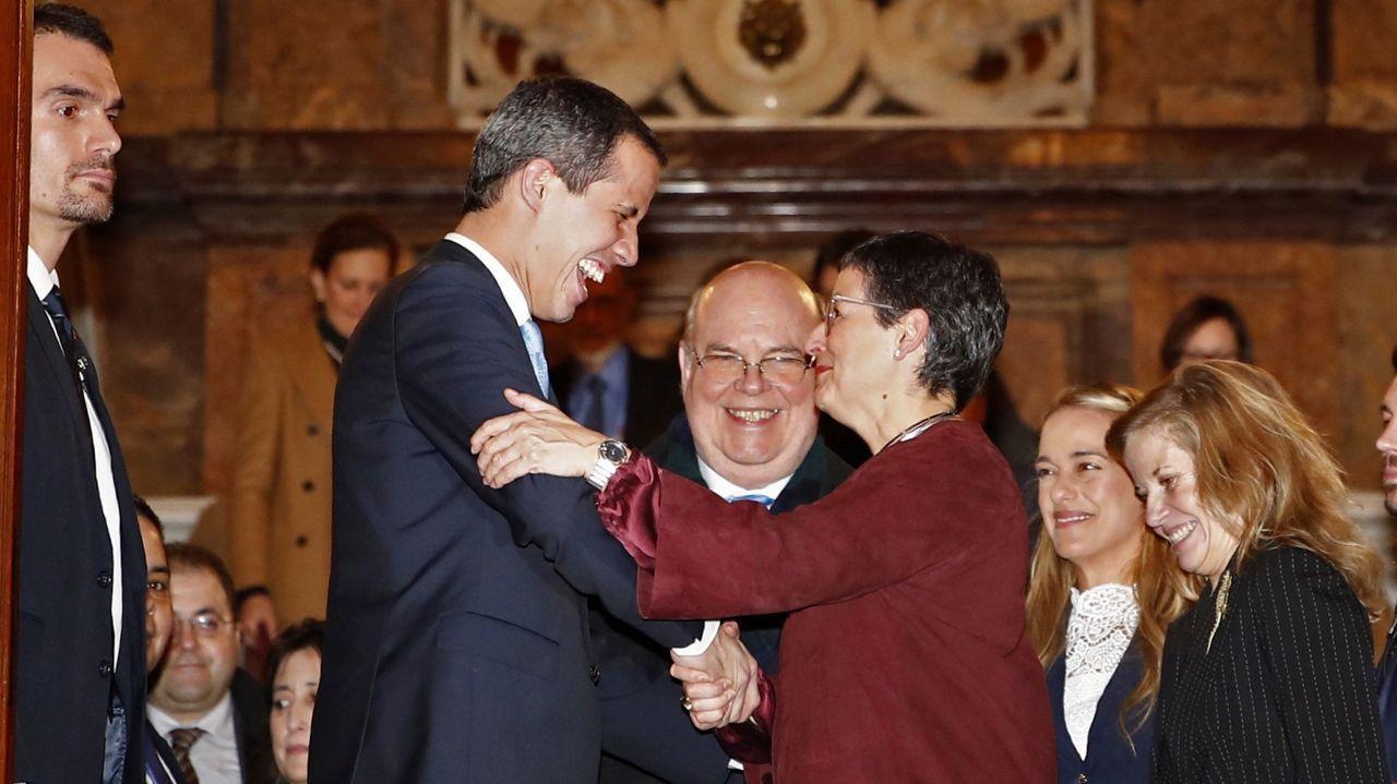 Sánchez posa en vaqueros y zapatillas con todos sus ministros.Ante la ausencia de Sánchez, la ministra de Exteriores recibió a Guaidó en la Casa América
