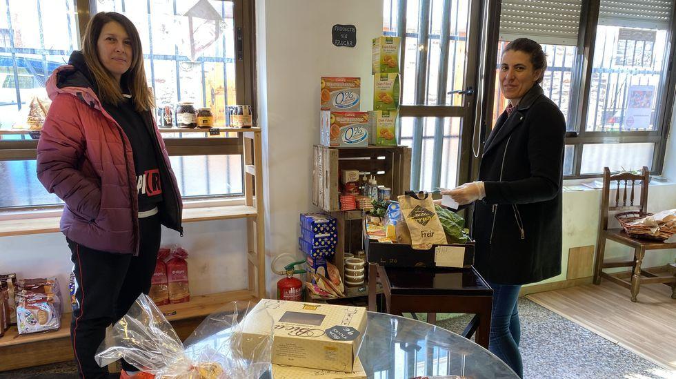 Lucía Fernández (derecha) entrega la compra a una clienta que hizo el encargo por teléfono