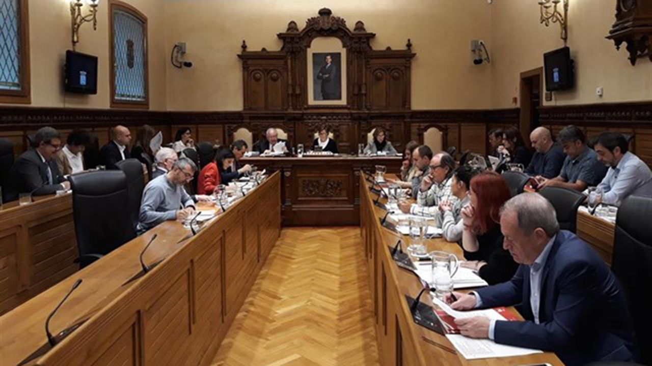 El ensayo de la OSPA junto con el maestro José Ramón Encinar.Pleno del Ayuntamiento de Gijón