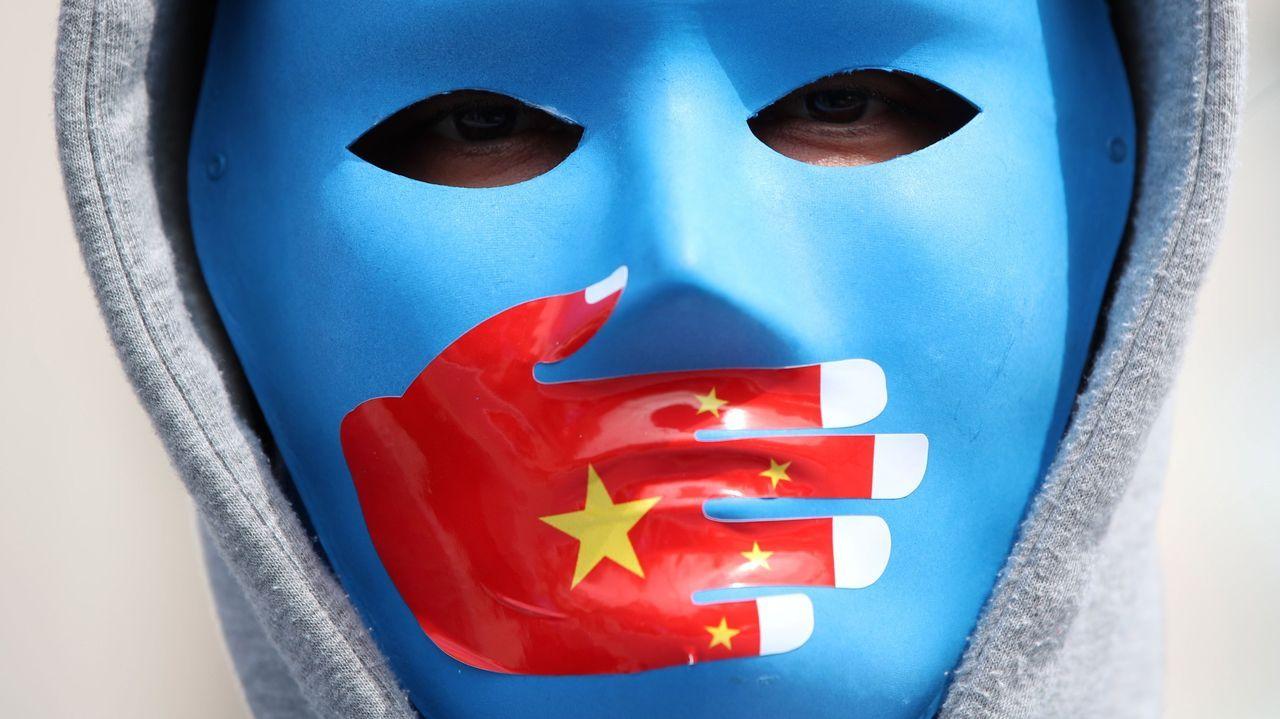 Un manifestante uigur durante una protesta contra China en Estambul