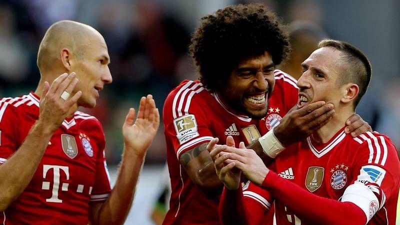 Toda la actualidad de la Liga de Campeones.Pep Guardiola (izda.) celebra con el jugador del Bayern de Múnich Thomas Mueller la consecución de la Bundesliga.