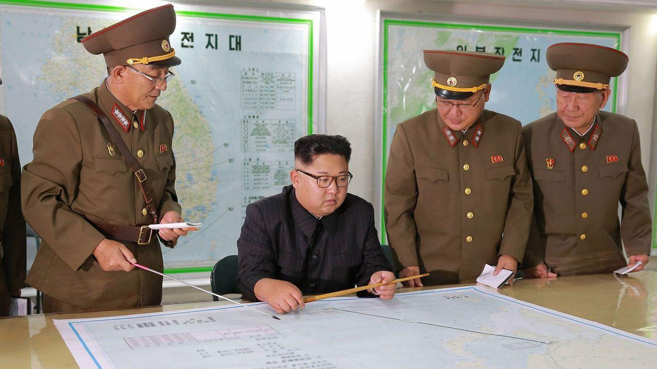 Corea del Norte lanza un nuevo misil que sobrevuela Japón.Kim Jong-Un, en una foto distribuida por la agencia oficial norcoreana KCNA