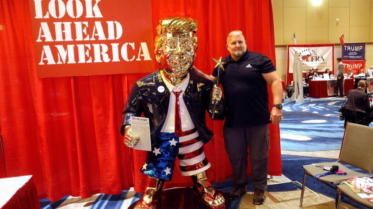 Una figura dorada del expresidente Trump, hecha en México, acaparó la atención en la convención republicana que empezó este viernes en Florida