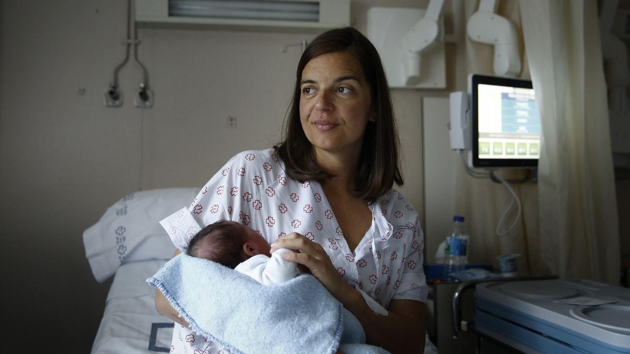 Ana Fernández con Paula, nacida el miércoles por la tarde en el mismo hospital en el que hizo la OPE