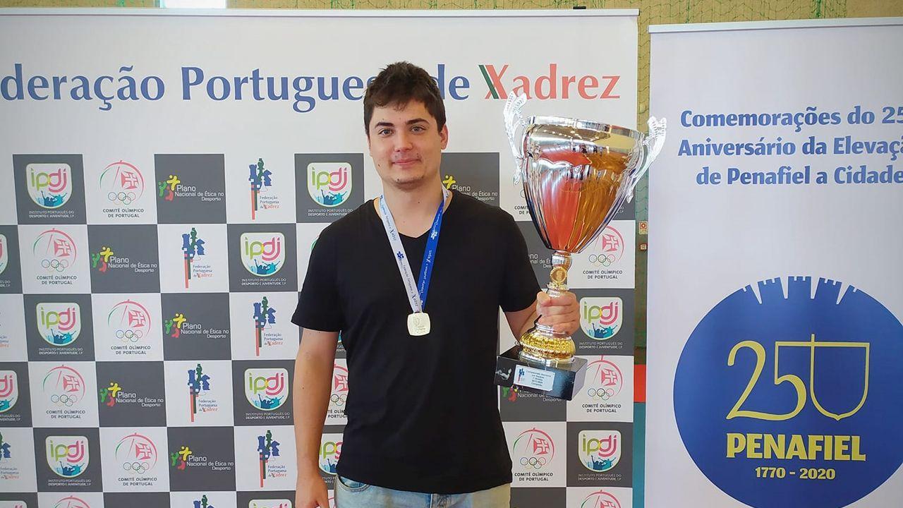 Carlos Suárez con la copa como campeones por equipos de Portugal