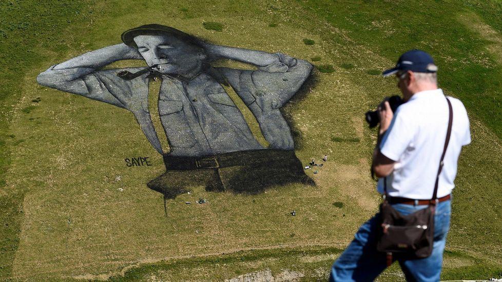 Una obra de arte de Saype decora la ladera de Leysin