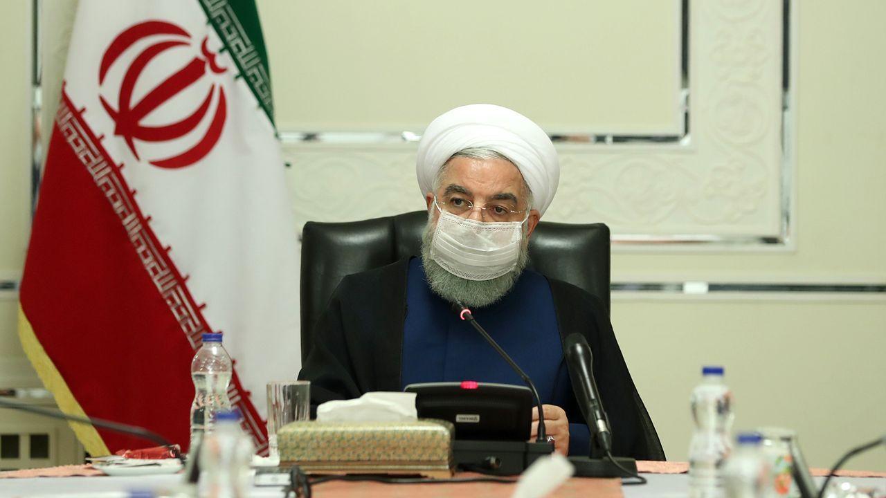 El presidente de Irán, Hassan Rouhani, usa una mascarilla durante el encuentro del Comité Nacional para Combatir el Coronavirus