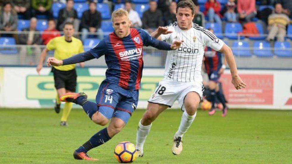Samu Sáiz ante Christian Fernández en el Huesca-Oviedo de la ida