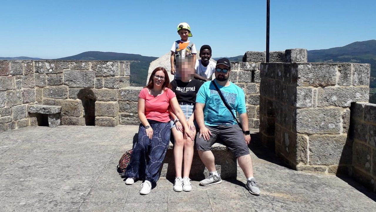Tania y su familia con la menor acogida durante una excursión a Vilasobroso