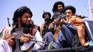 Un grupo de talibanes vigilan el aeropuerto de Kabul.
