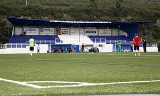 El campo de fútbol de hierba artificial de Cee fue una de las obras realizadas por Ogando.