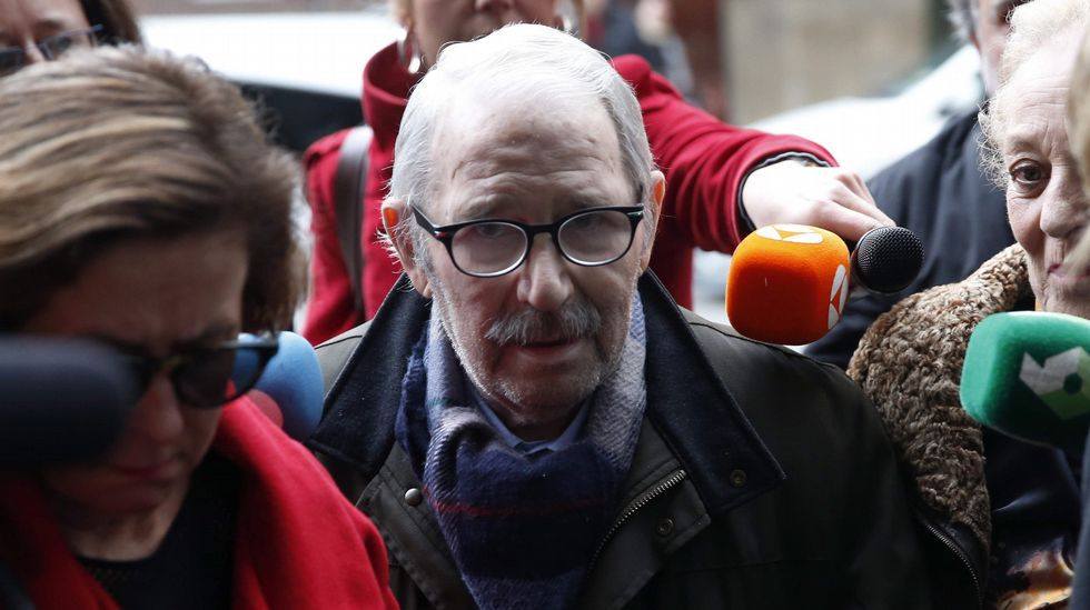 José Ángel Fernández Villa accede al juzgado apoyado en su hija y en su procuradora.José Ángel Fernández Villa entra en el juzgado para prestar declaración (archivo)