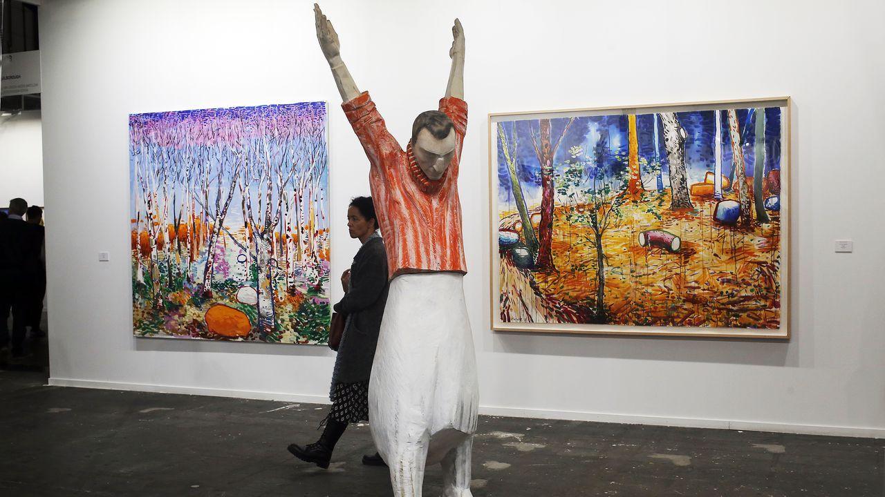 Una gran escultura del cambadés Francisco Leiro delante de dos pinturas de Abraham Lacalle en Malborough