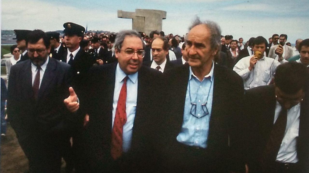 El entonces alcalde de Gijón, Vicente Álvarez Areces, y Chillida, en el centro, durante la inauguración del «Elogio del horizonte» el 9 de junio de 1990