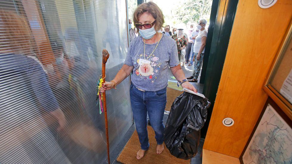 Nuevo protocolo para la recepción de peregrinos en los albergues del Camino de Santiago. El peregrino ha de cruzar una zona humeda con desinfectante