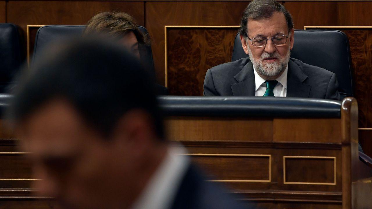 Mariano Rajoy escucha la intervención de Pedro Sánchez durante la moción de censura.