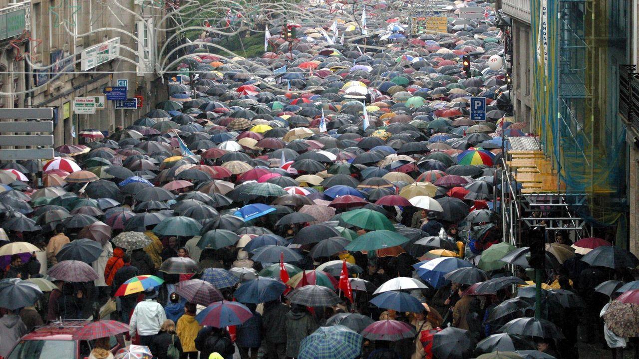 Un mar de paraguas invadió las calles de la capital de Galicia