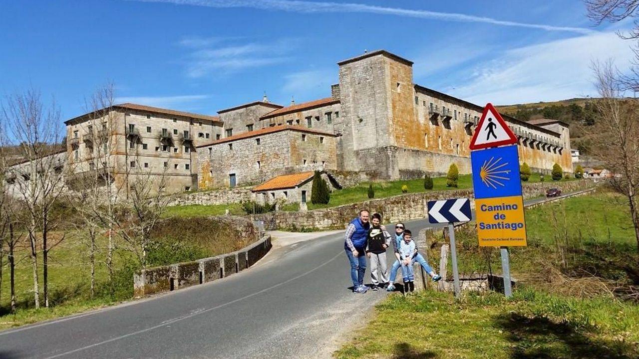 Rioboo y su familia, en el Camino de Santiago. El monasterio de Oseira