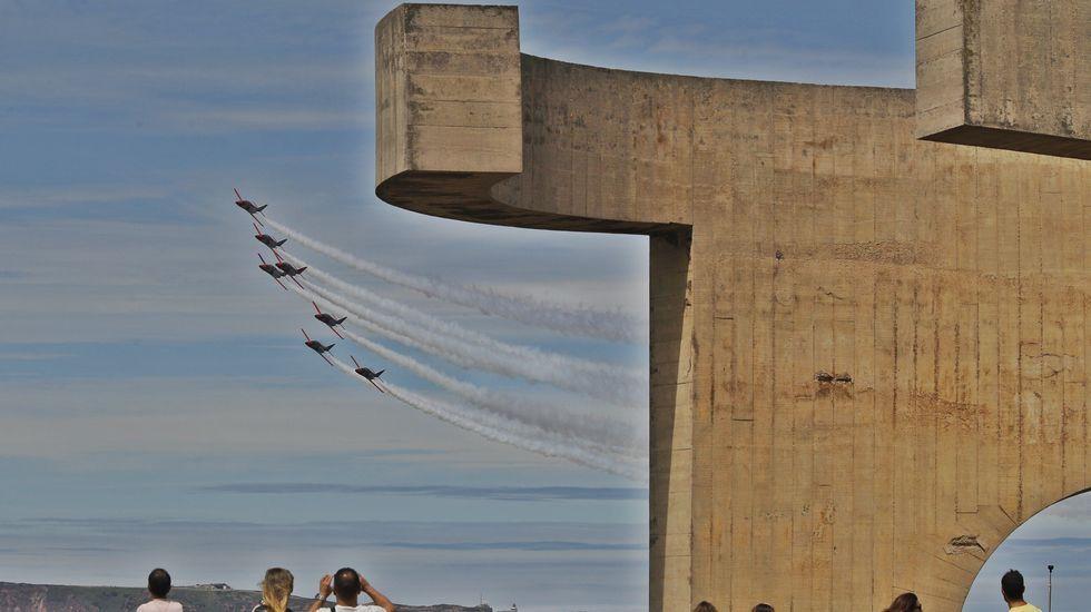 La patrulla Águila del Ejército del Aire Español pasa ante el  Elogio del Horizonte  del escultor vasco Eduardo Chillida, durante el Festival Aéreo de Gijón celebrado hoy en las inmediaciones de la playa de San Lorenzo