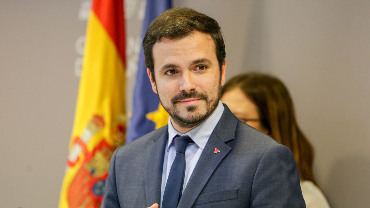 Gema Álvarez, alcaldesa de Lena. El ministro de Consumo, Alberto Garzón