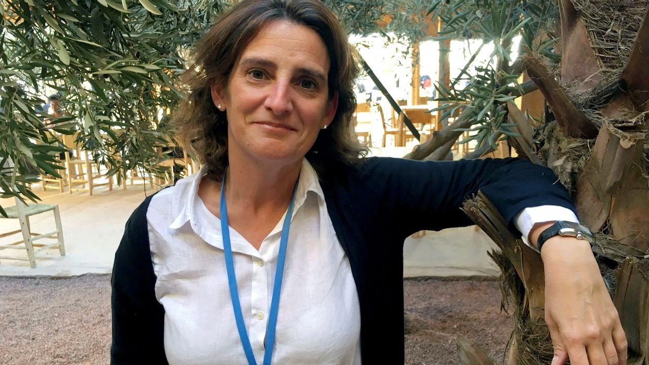 Pedro Sánchez escucha cómo Javier Fernández atiende a los medios de comunicación, durante una visita a Asturias.Teresa Ribera