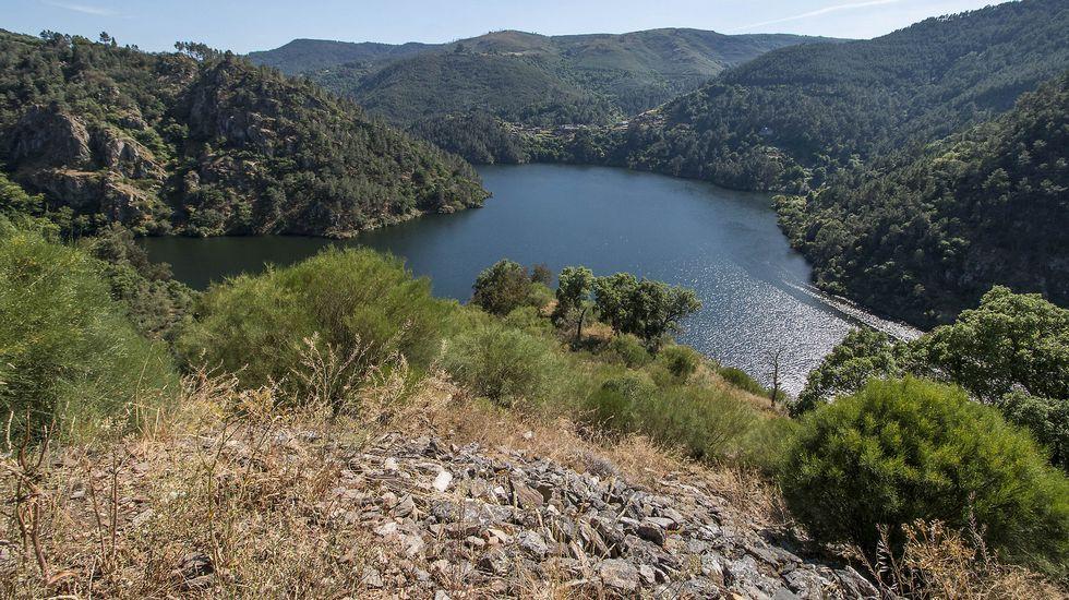 Una vista del Miño desde lo alto del castro. Al fondo se divisa en la margen opuesta el pueblo de Chouzán, perteneciente al municipio de Carballedo