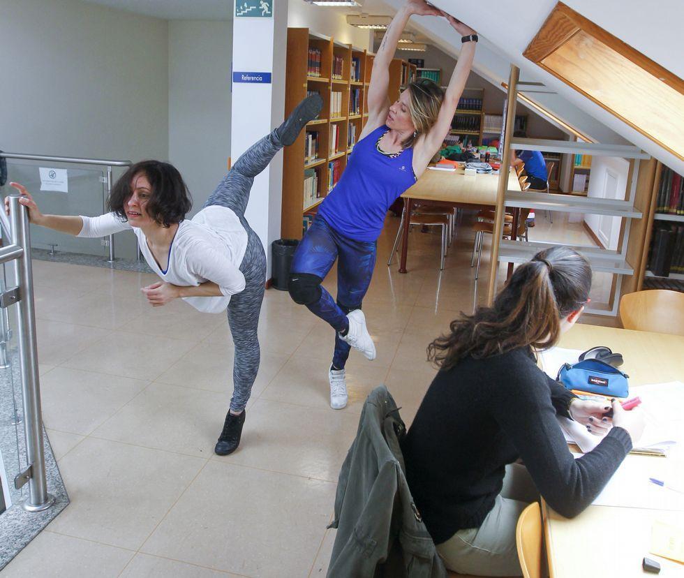 <span lang= gl >Dúas danzantes na Casa do Patín, en Esteiro</span>