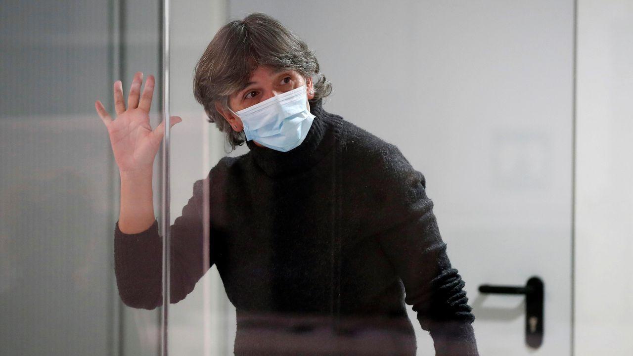 Turistas en Asturias con lluvia.La dirigente de ETA Soledad Iparraguirre, alias Anboto, saluda desde una sala de seguridad