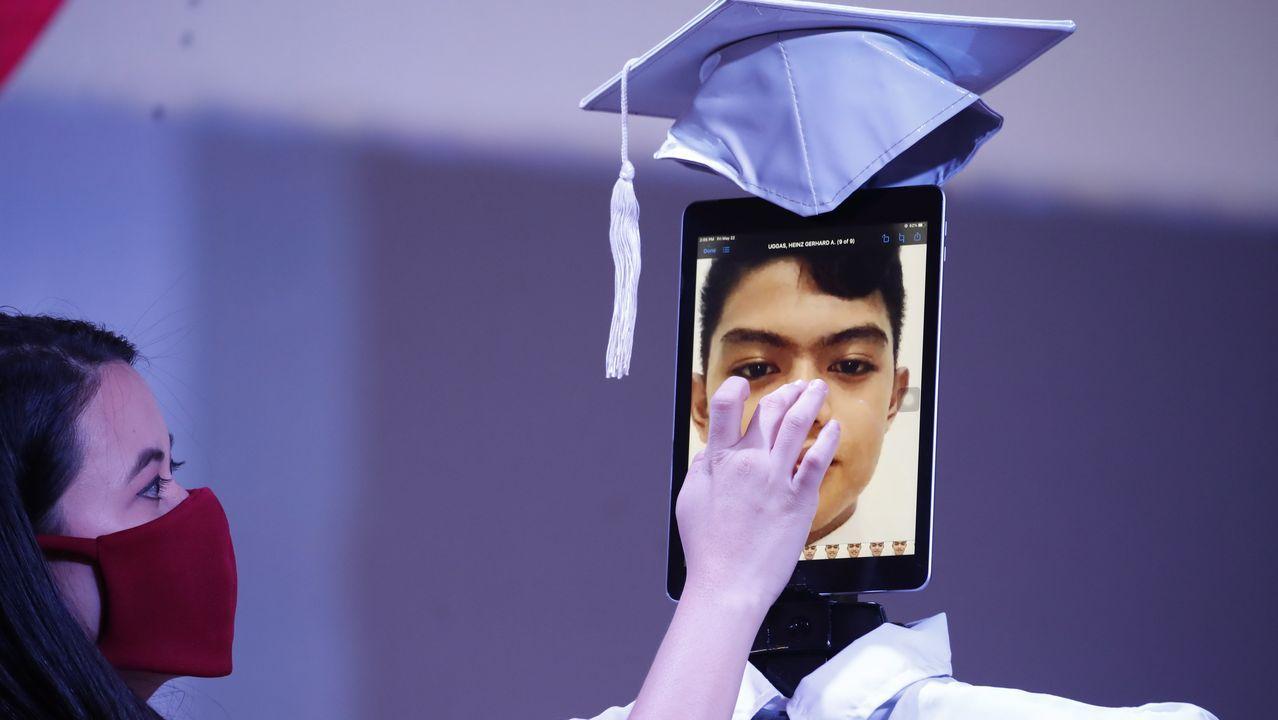Graduación en una escuela filipina con la imagen de los alumnos en una tablet que sostiene un sencillo robot