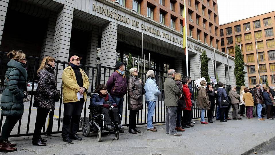 selfie.<span lang= es-es >Protestas en Santiago y Vigo</span>. La <span lang= gl >Plataforma Galega de Afectados pola Hepatite C </span>organizó sendas recogidas de firmas en los hospitales de Santiago y Vigo (en la imagen) dentro de la campaña estatal que están llevando a cabo los enfermos para que el tratamiento se extienda a todos los casos.