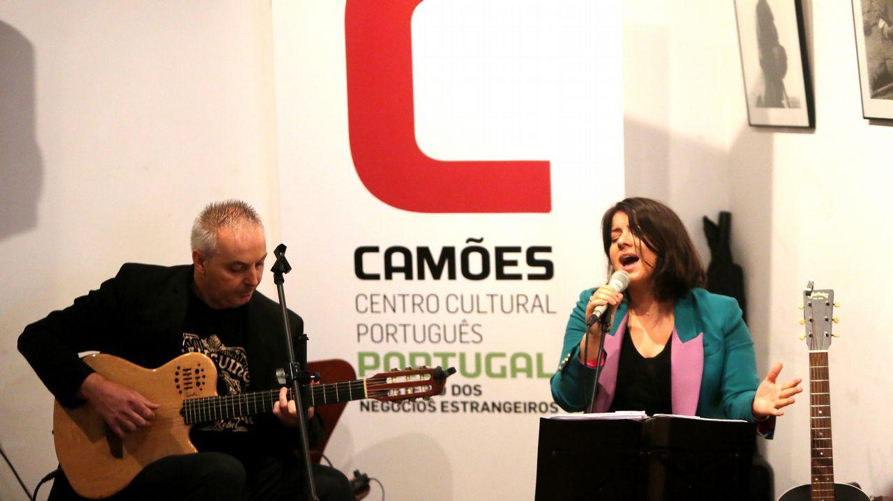 Poemovil del festival Kerouak de poesía en vigo.Imagen de archivo de un pleno en Fisterra