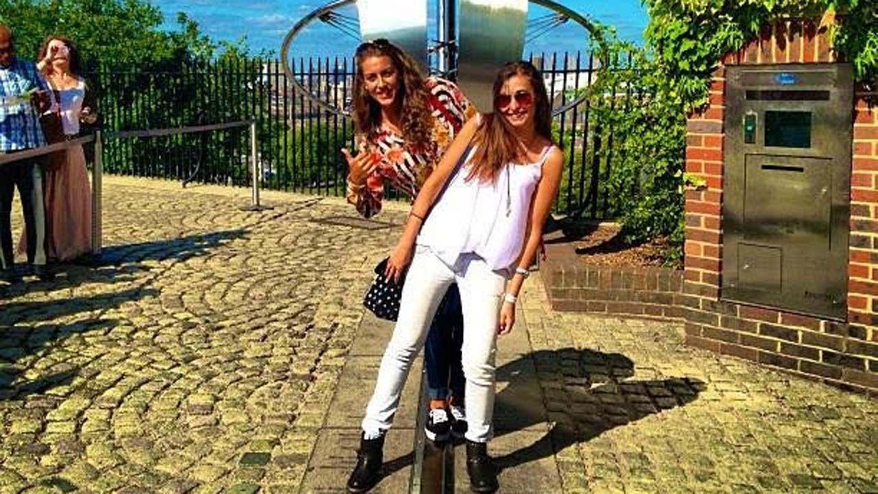 Raquel Fernández (al frente) con su amiga Cristina sobre el Meridiano de Greenwich