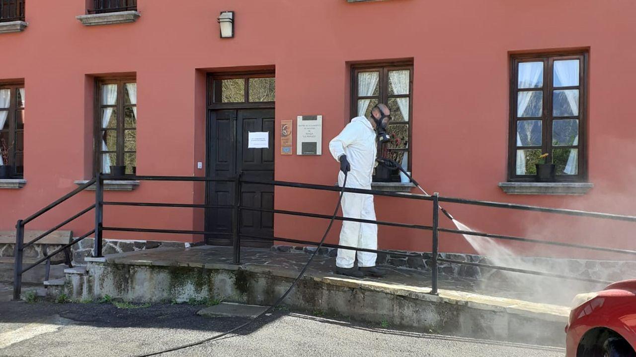 Operario desinfecta la residencia La Parada, en Ponga