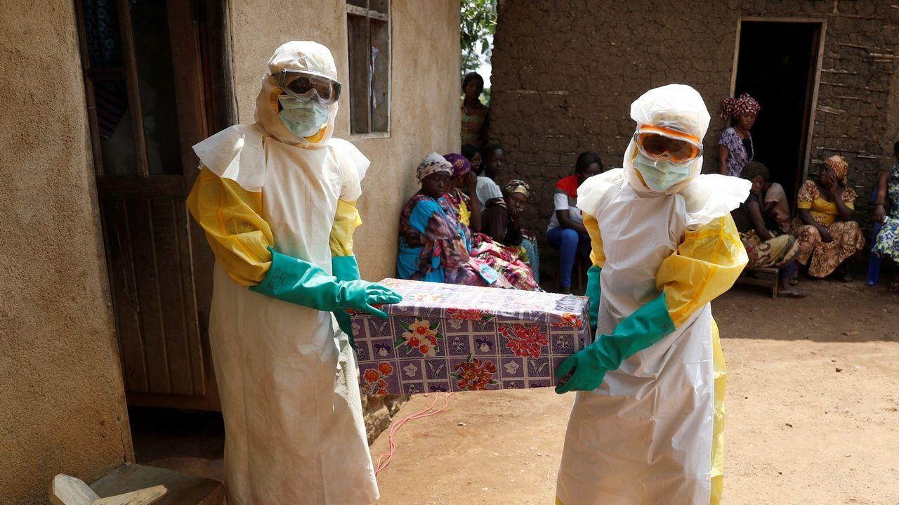 Voluntarios portan un féretro con un niño en una provincia del Congo en la que se registró un brote de ébola