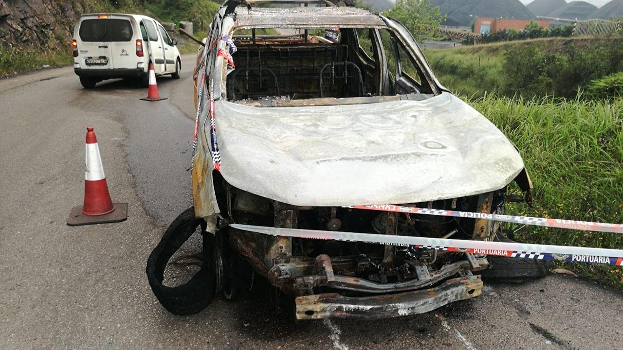 Galicia busca protagonismo en la Liga.Restos del coche de la EBHI incendiado al inicio de la huelga indefinida en la terminal granelera de El Musel