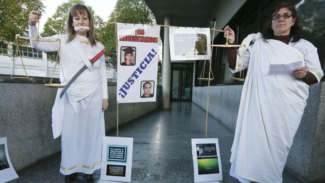 Familiares y amigos de los dos asesinados protestan frente a los juzgados para pedir que se aclare el crimen