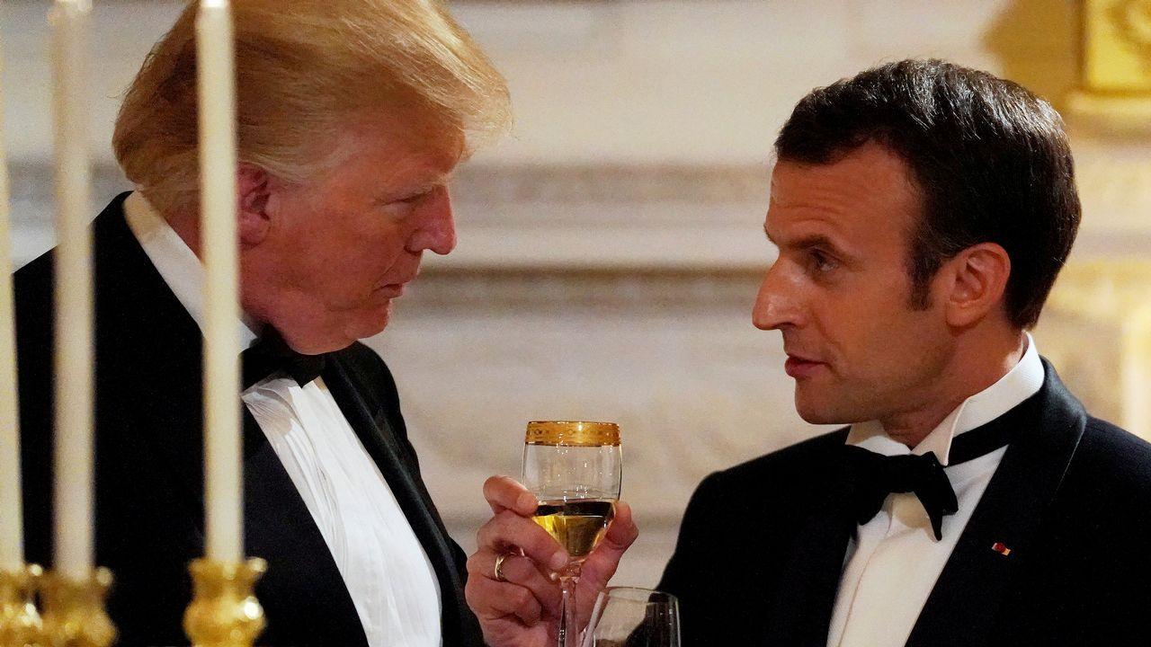 El presidente francés Emmanuel Macron brinda con Donald Trump durante la cena ofrecida en la Casa Blanca