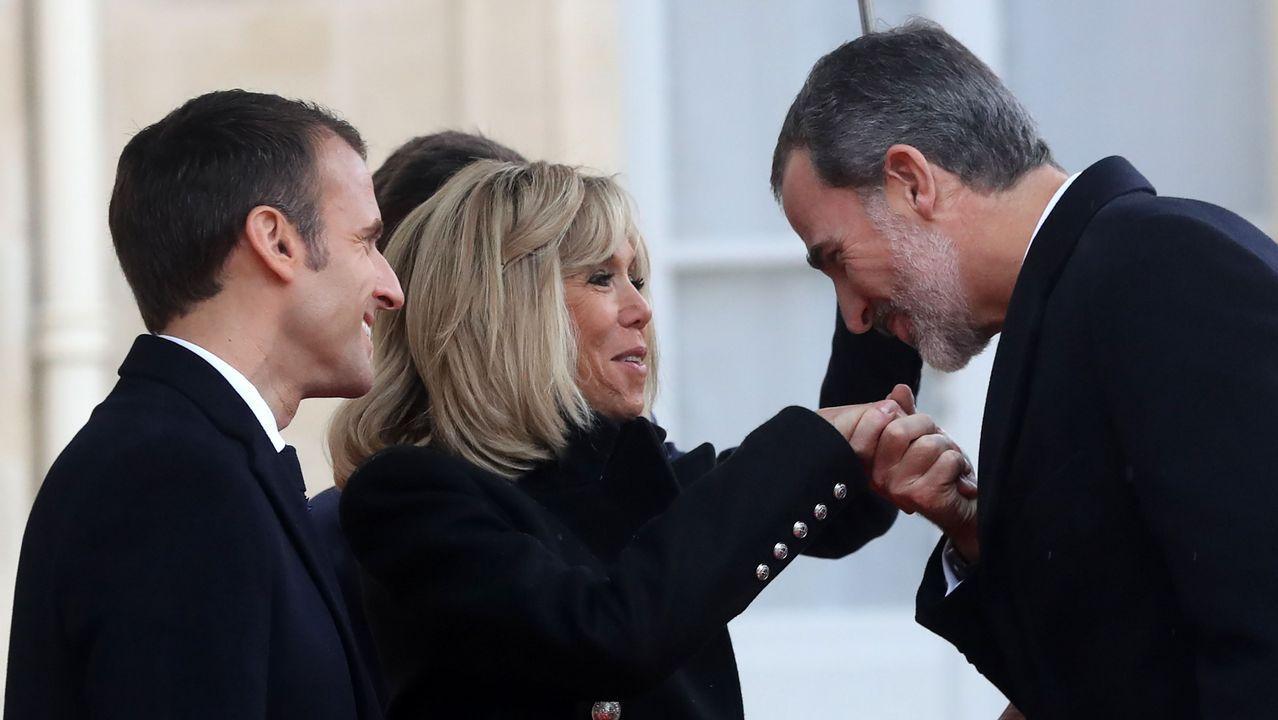 El rey Felipe VI, recibido por Macron y su esposa Brigitte en el palacio del Elíseo