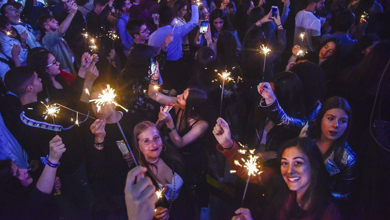 Más de 25.000 personas despidieron las fiestas de A Guadalupe interpretando «A rianxeira» en una plaza iluminada por miles de bengalas
